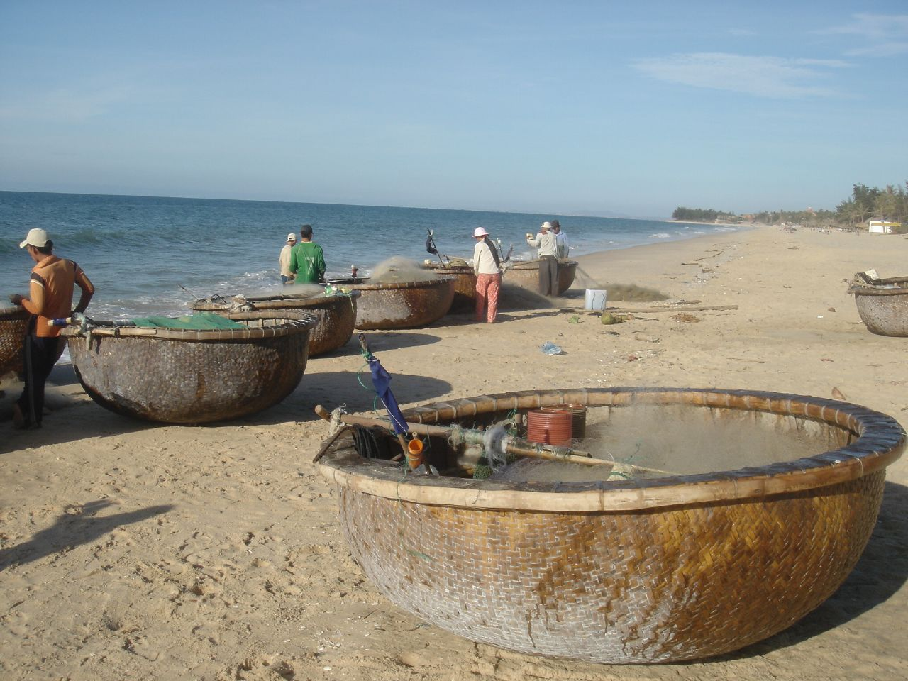 Coracle_fishing_boats_in_Vietnam_02