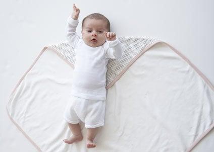 come fasciare un neonato: passaggio 1