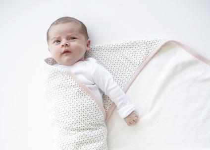 come fasciare un neonato: passaggio 2