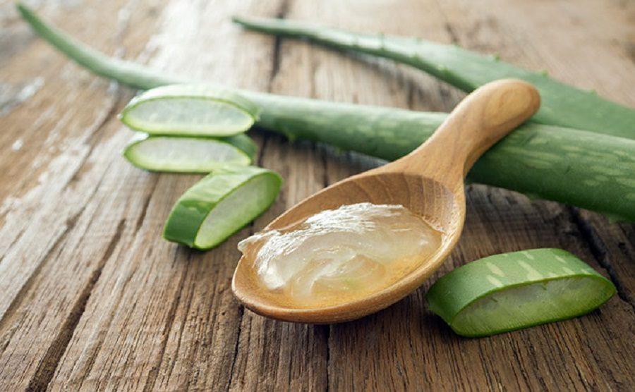 aloe-vera-gel-on-wooden-spoon-1-900x556