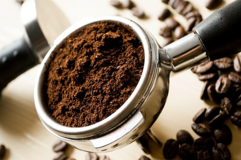 come-liberarsi-formiche-fondo-caffè-polvere
