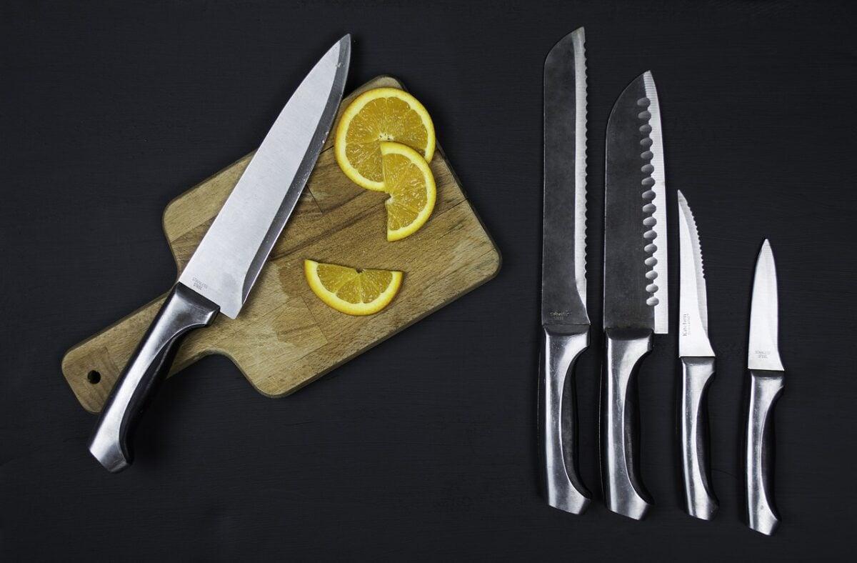 Ruggine nei coltelli da cucina: come rimuoverla, rimedi naturali